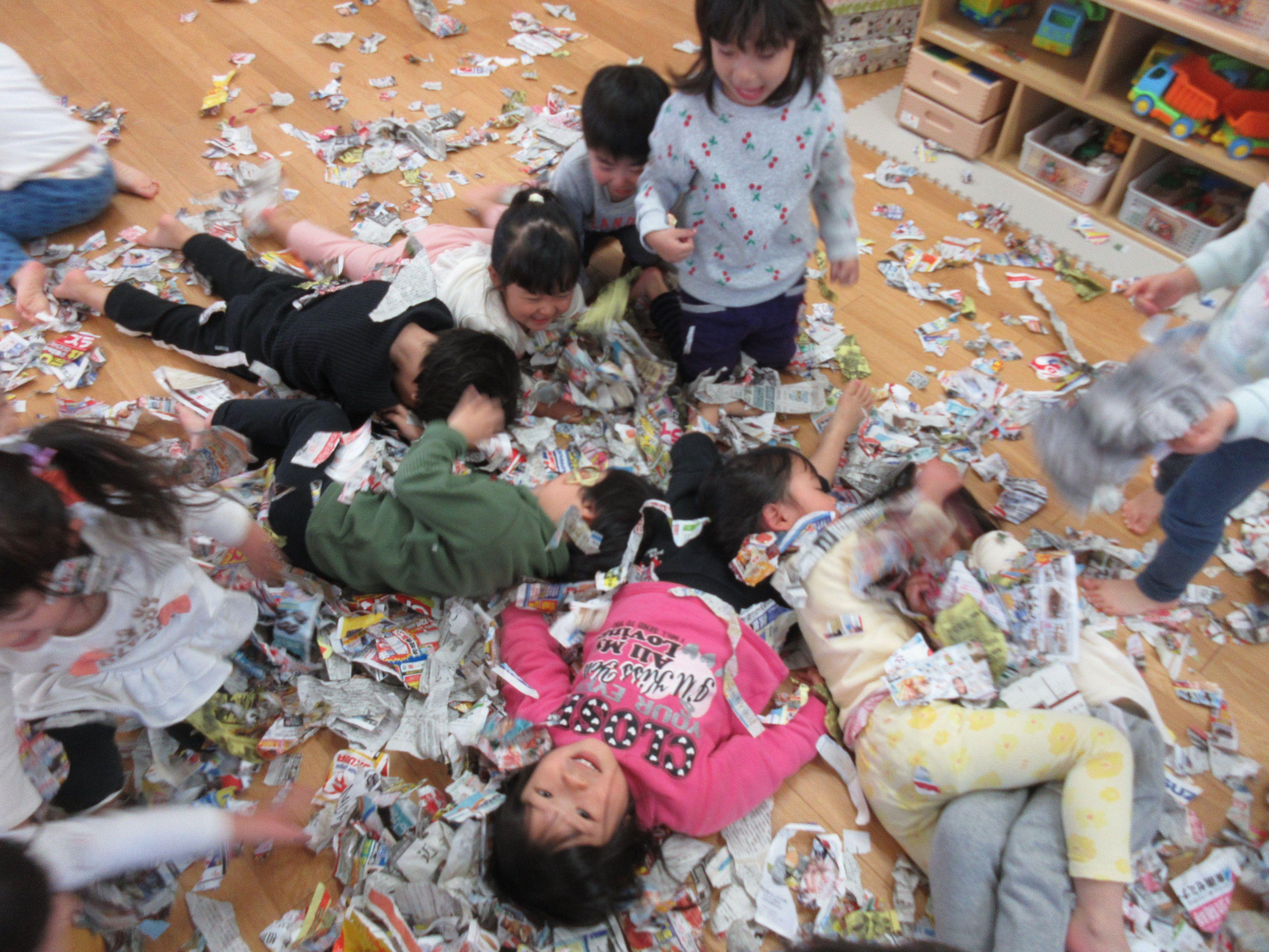 ジョイフル守山保育園 新聞遊び2歳児_3